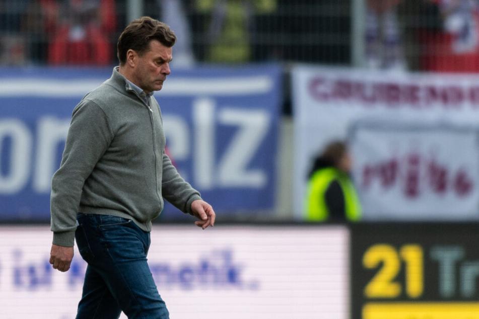 HSV-Trainer Dieter Hecking geht nach der Niederlage in Aue vom Platz.