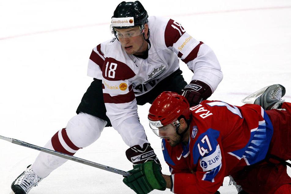 Georgijs Pujacs (l.) schlüpfte bereits 184 Mal ins Trikot der Nationalmannschaft. Hier drückt er einen Russen aufs Eis.