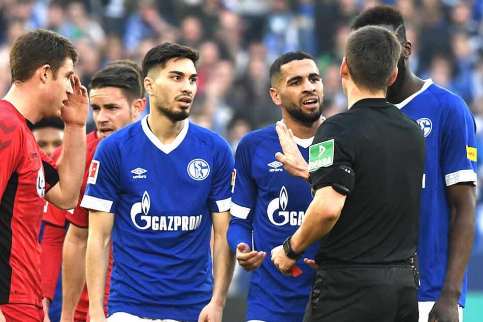 Schiedsrichter Frank Willenborg zückt die Rote Karte für Suat Serdar. Bei den Schalkern herrscht Unverständnis über die Entscheidung.