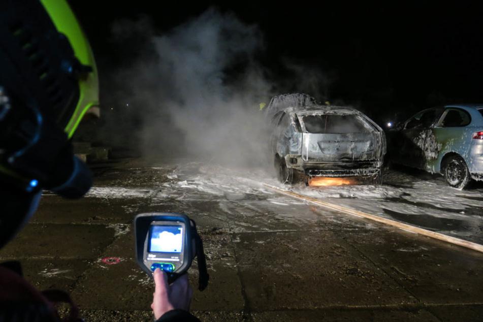 Mit einer Wärmebildkamera suchte die Feuerwehr nach weiteren Glutnestern an den beiden Fahrzeugen.