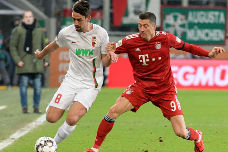 Rani Khedira (l) und Robert Lewandowski kämpfen um den Ball.