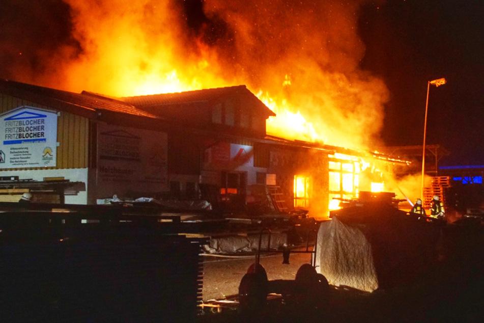 Flammen-Inferno! Große Zimmerei fackelt ab, enormer Schaden