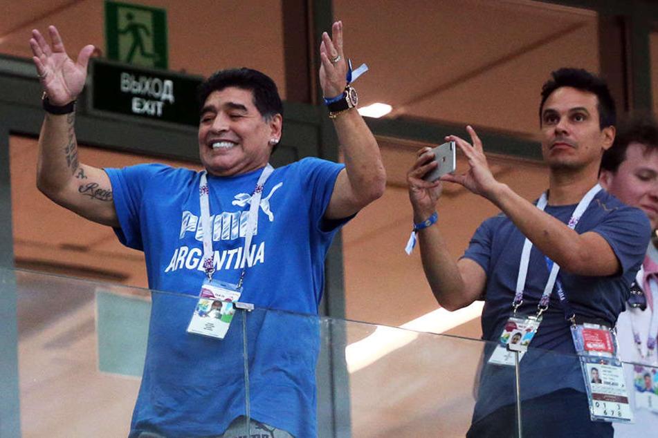 Diego Armando Maradona (l.) sorgte mit seinem sprunghaften Verhalten nicht nur auf der Tribüne für gute Unterhaltung.