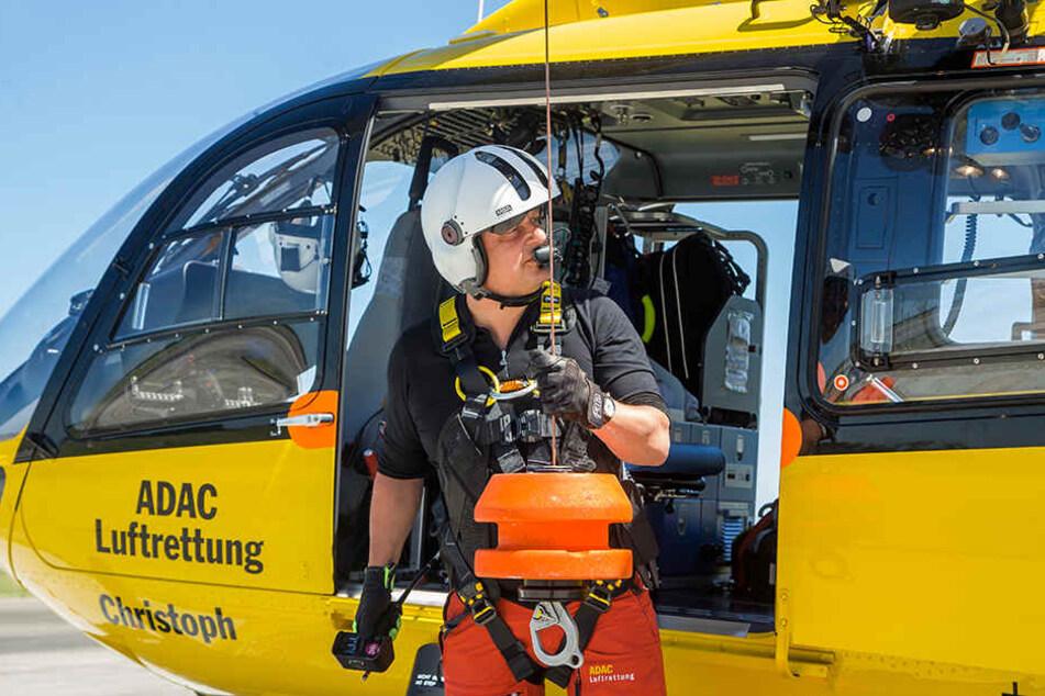 Notfall-Sanitäter Kaj Jende arbeitet an der Winde. Er hat einen zehntätigen Lehrgang besucht, um im Cockpit den Piloten unterstützen zu dürfen.