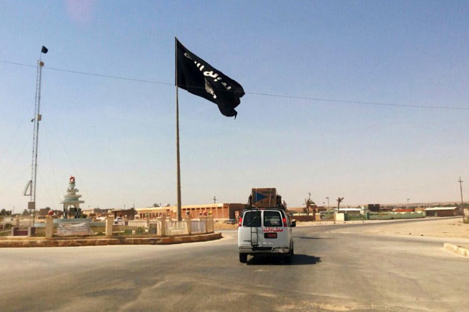Eine IS-Flagge steht in der irakischen Stadt Rawa. (Symbolbild)