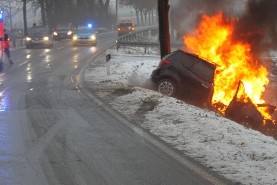 Auto schleudert von Straße, kracht gegen Baum und geht in Flammen auf