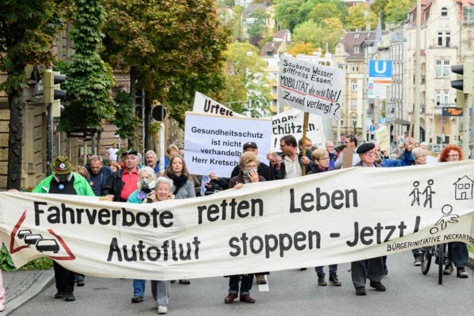 Gegen Luftverschmutzung: Bürger demonstrieren vor Kretschmanns Amtssitz.