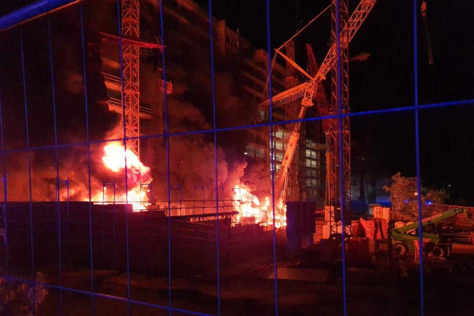Auf einer Baustelle am ehemaligen technischen Rathaus brannten zwei Autokräne.