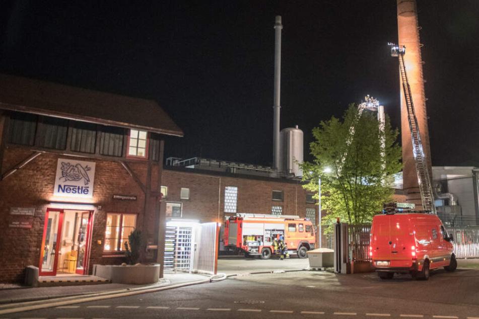 Großer Feuerwehreinsatz auf dem Fabrikgelände von Nestlé in Hamburg: Schokoladenreste waren hier in Brand geraten.
