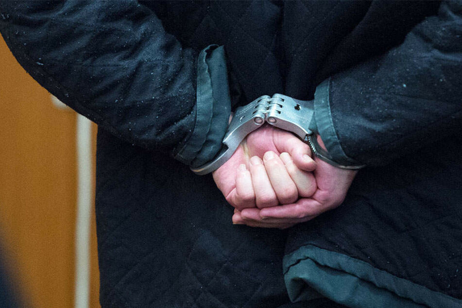 Am Ende mussten die Polizisten dem Mann Handschellen anlegen.