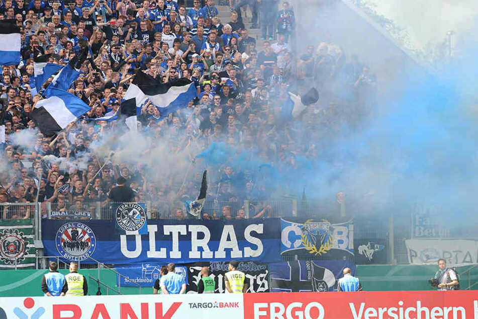 In Essen zündeten Fans von Arminia Bielefeld Rauch im Stadion.