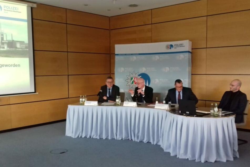 Der Kölner Polizeipräsident Uwe Jacob (2.v.l) bei der Pressekonferenz zur Kriminalitätsstatistik 2018.