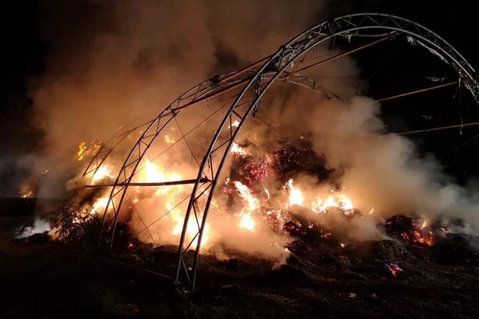Beim Eintreffen der Feuerwehrleute am Einsatzort stand die Strohmiete bereits vollständig in Flammen.