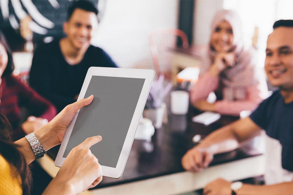 Für junge Indonesier könnte es jetzt schwierig werden, günstig ins Internet zu kommen.