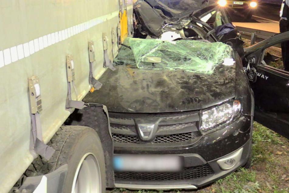 Der Dacia krachte unter einen Laster.
