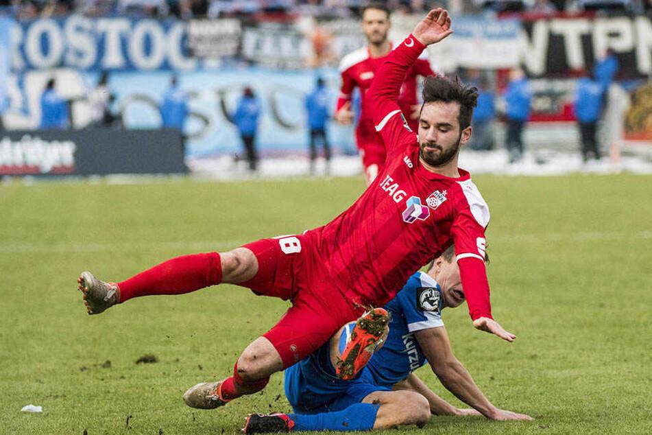Okan Aydin (l.) im Zweikampf gegen Tobias Jänicke.