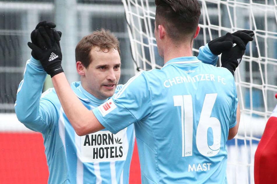 Jubelnd so wie hier mit Dennis Mast wollen die Chemnitzer am liebsten Anton Fink sehen.