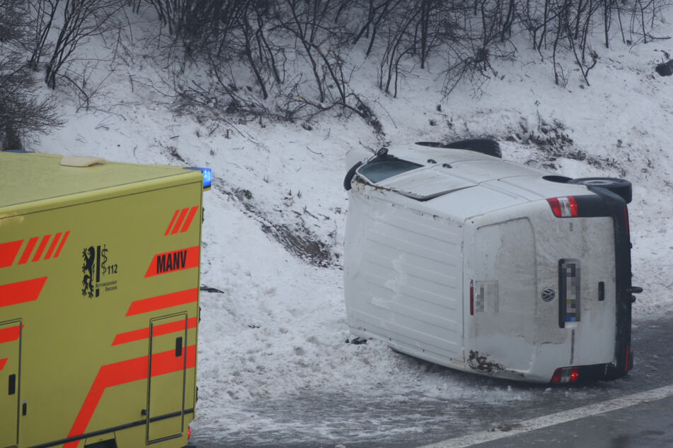 Unfall A17: Unfall auf A17: VW-Transporter landet in Böschung und kippt um
