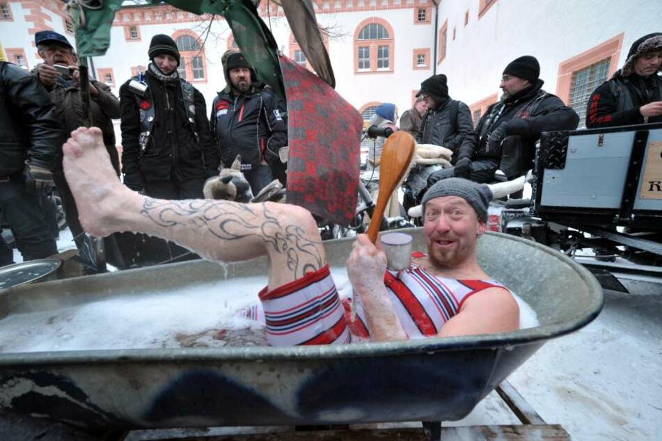 Spaß-Planschen: Oliver Hermann (43 aus Rübenau sprang in den Wannen-Kradanhänger Marke Eigenbau.