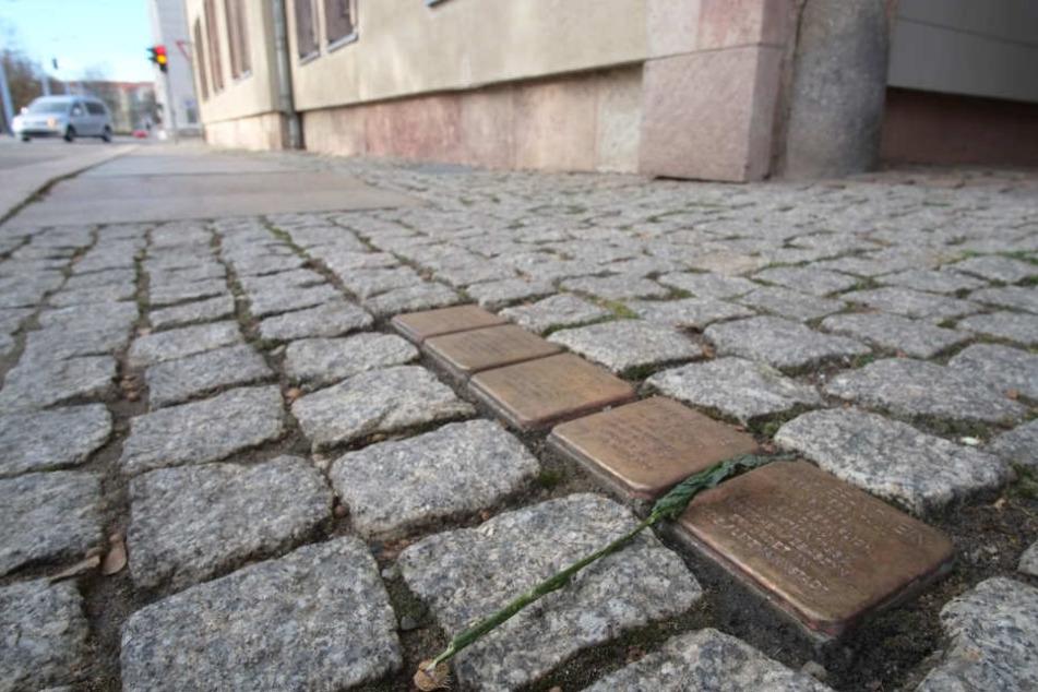 Die Stolpersteine in der Annenstraße wurden mit Bitumen beschmiert.