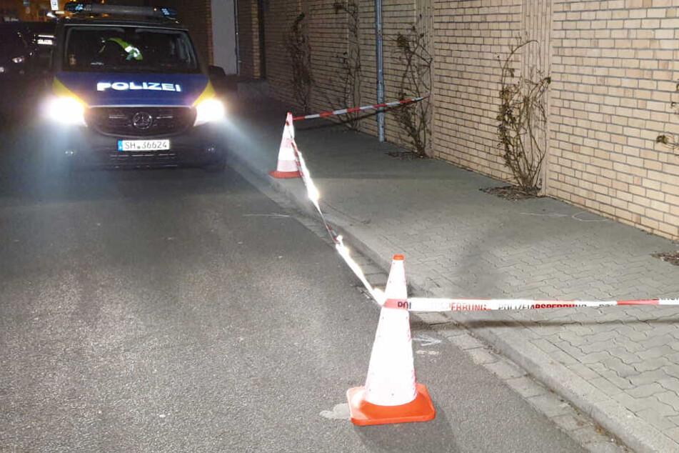 Die Polizei hat den Gehweg, auf dem Patronenhülsen gefunden wurden, abgesperrt.