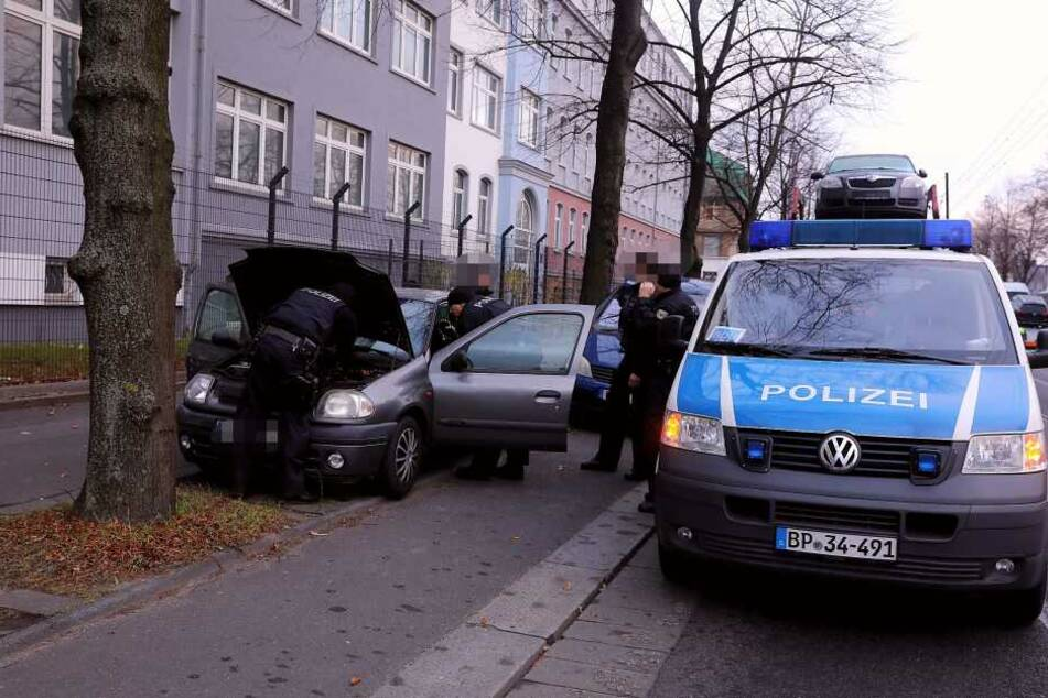 Die Beamten durchsuchten auch ein Auto, das vor dem Asylheim geparkt war.