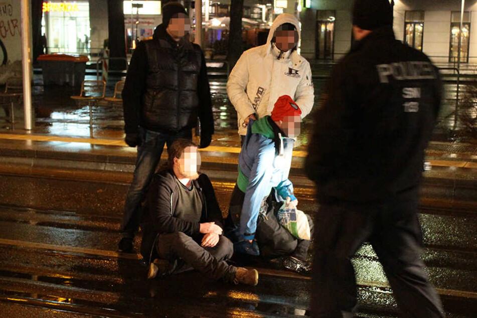 Bei der PEGIDA-Demo wurde ein Gegendemonstrant von einem PEGIDA-Ordner und einem Polizisten weggetragen.