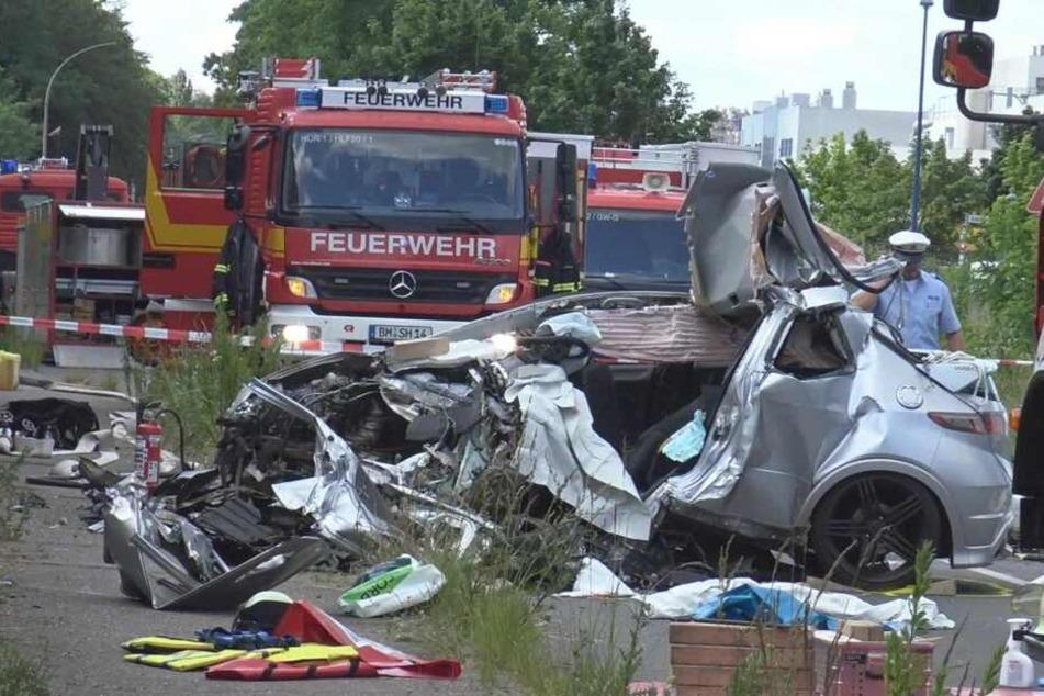 Das Unfallauto zeigt die Folgen des heftigen Frontal-Zusammenstoßes.