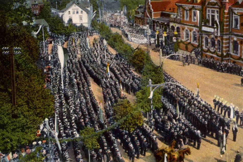 Tradition, wie sie früher lebte: Das Foto zeigt die Oelsnitzer Bergparade von 1935.