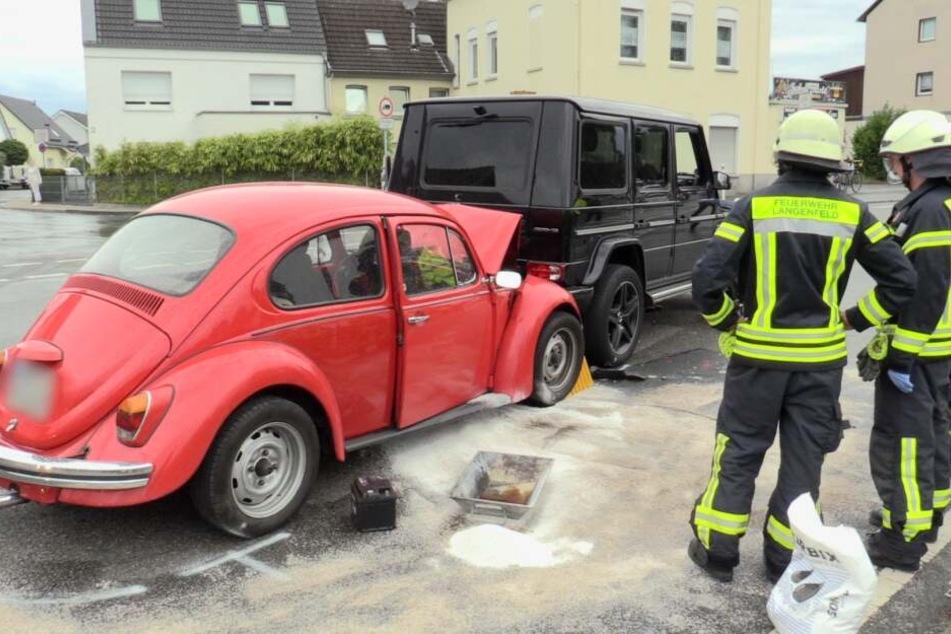 Die Feuerwehr streut ausgelaufenen Kraftstoff mit Bindemittel ab.