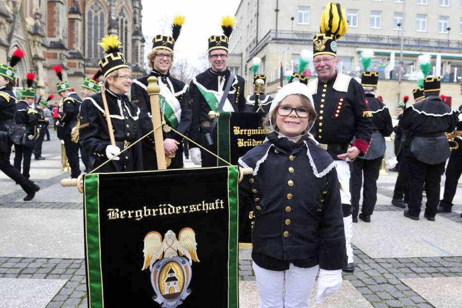 Christine Jäger (65), Enkel Max Bärthel (21), Sohn Marc Jäger (42), Peter  Jäger (64) und Enkelin Amy (7) von der Bergbrüderschaft Thum.