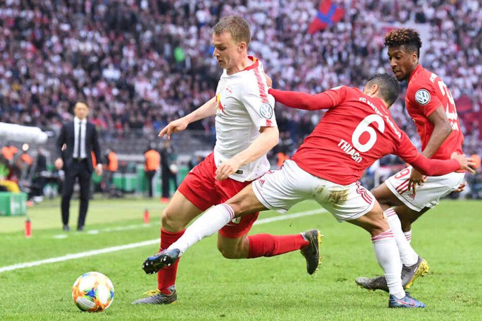 Szene aus dem DFB-Pokal-Finale im Mai. Lukas Klostermann (l.) von RB Leipzig wird von Bayerns Thiago und Kingsley Coman (r.) attackiert.