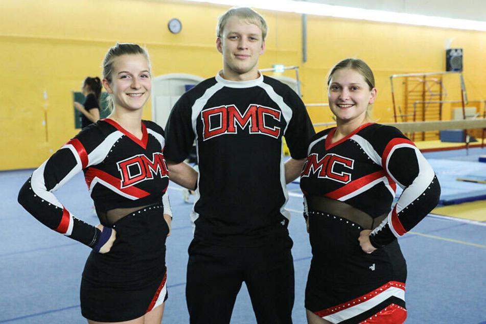 """Die """"Lunatics"""" Cheerleader Liska Fritzsch (22, l.), Matthias Nössler (22) und Steffi Meuche (30) treten nicht nur bei Sportveranstaltungen auf, sondern nehmen auch an Meisterschaften teil."""