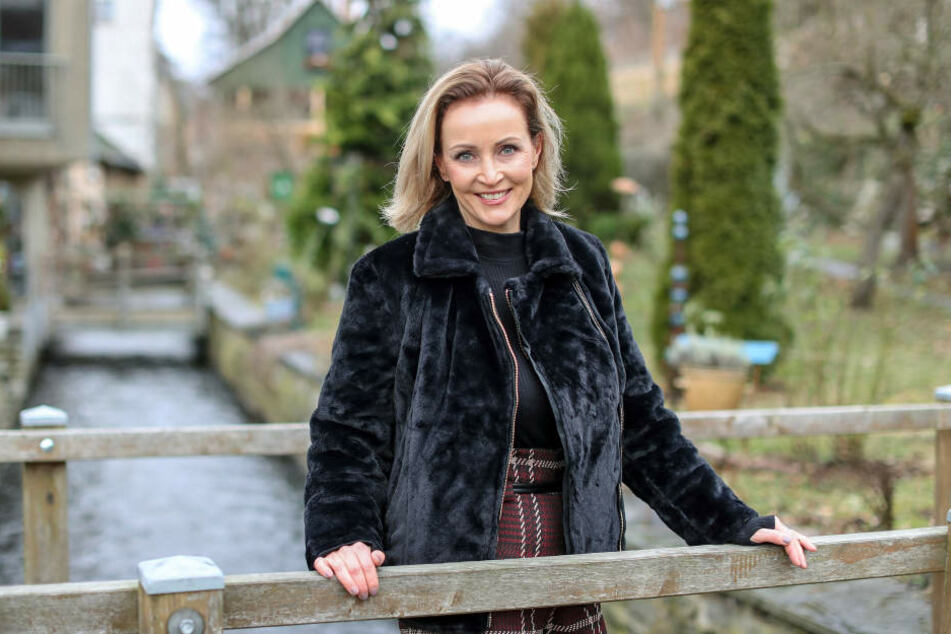 Evelyn Reißmann, frisch gekürte Miss 50plus Germany, steht auf einer Brücke über dem Mühlgraben an den Weberhäusern in Plauen.