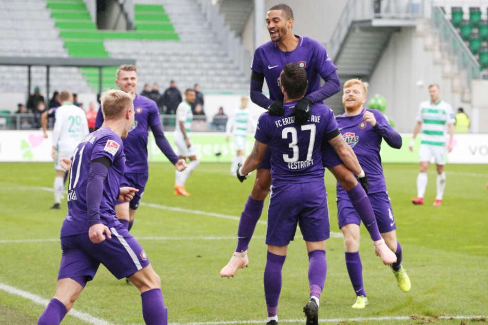 Tor für Aue. Pascal Testroet erzielt per Kopf den Treffer zum 0:2 und jubelt mit den Teamkollegen.