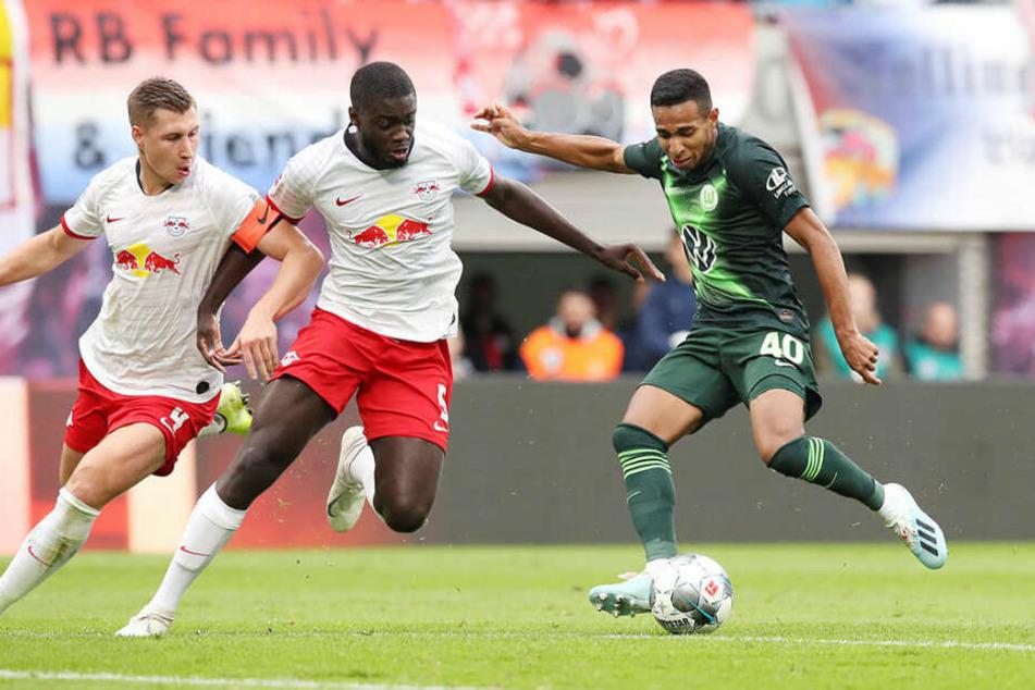 Defensive Zusammenarbeit: Kapitän Willi Orban und Dayot Upamecano wollen Wolfsburgs Joao Victor den Ball vom Fuß klauen.