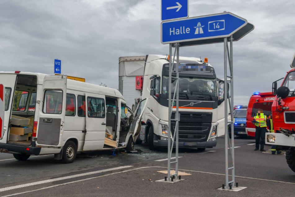 Offenbar übersah der Lastwagenfahrer beim Abbiegen auf die A14 den entgegenkommenden Transporter.