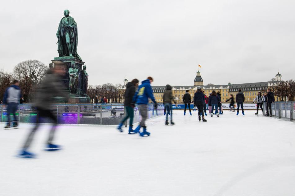 Zahlreiche Menschen besuchen die Eisbahn vor dem Schloss in Karlsruhe. Der Tatverdächtige soll hier einen Anschlag geplant haben. (Archivbild)