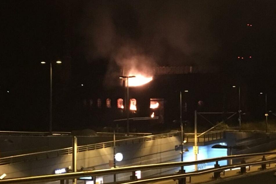 In direkter Nähe zur S-Bahnhaltestelle stand ein leerstehender Lokschuppen in Flammen.