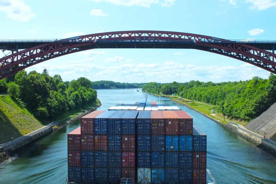Ein Containerschiff passiert die Levensauer Hochbrücke auf dem Nord-Ostsee-Kanal bei Kiel.