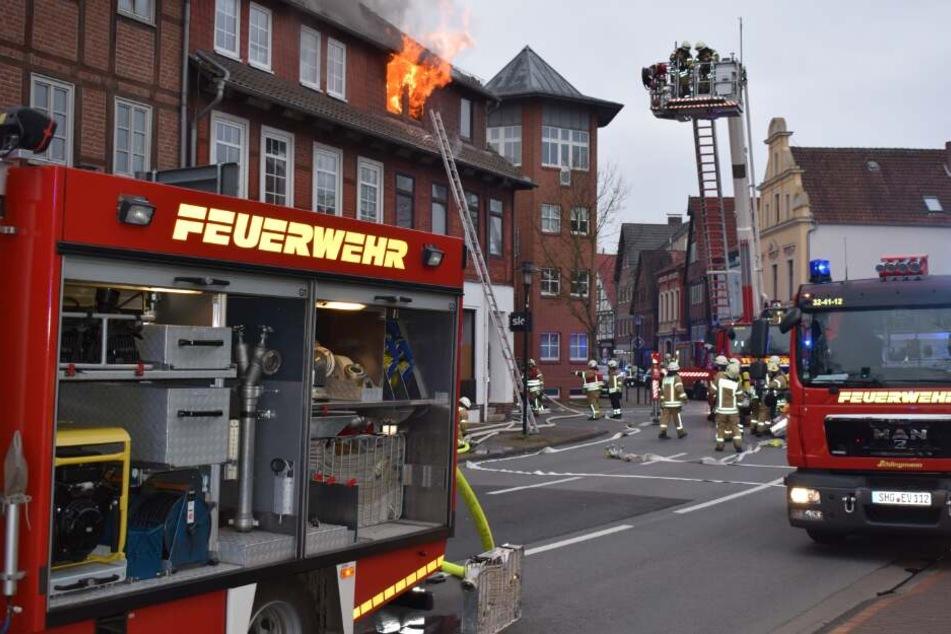 Zwei Großbrände in einer Nacht: Mann stirbt den Flammentod, während sich 19 Personen verletzen