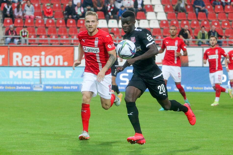 Nils Butzen (l.) und Kebba Badjie versuchen, an den Ball zu kommen.