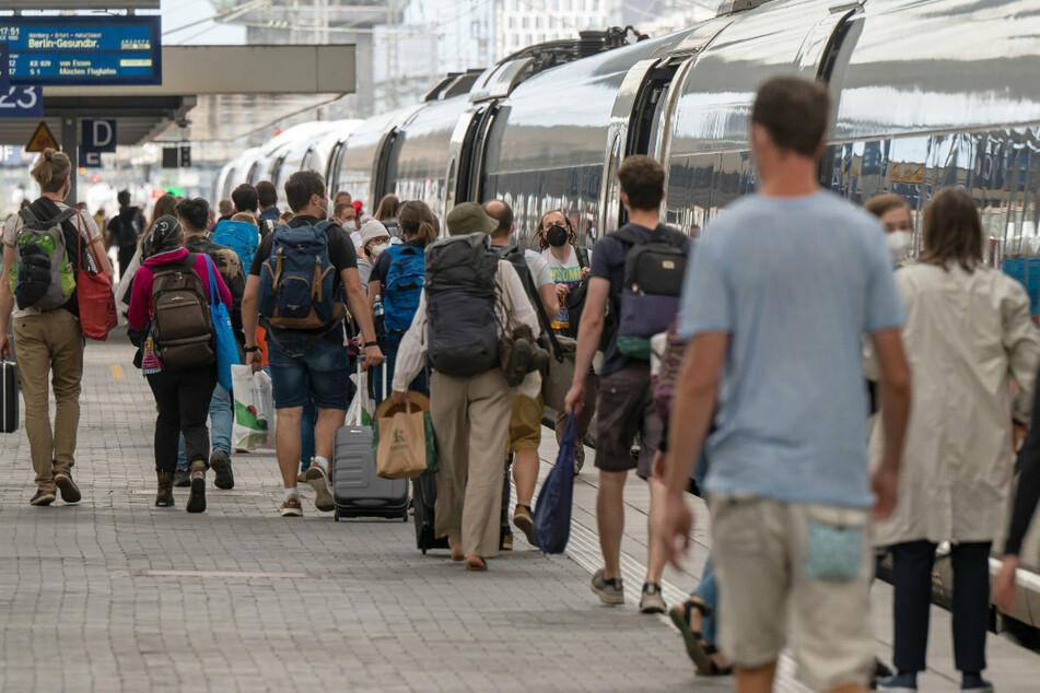 Am Hauptbahnhof München stiegen die Passagiere nicht nur in die Fernverkehrszüge, sondern nutzten auch Fahrangebote privater Anbieter.