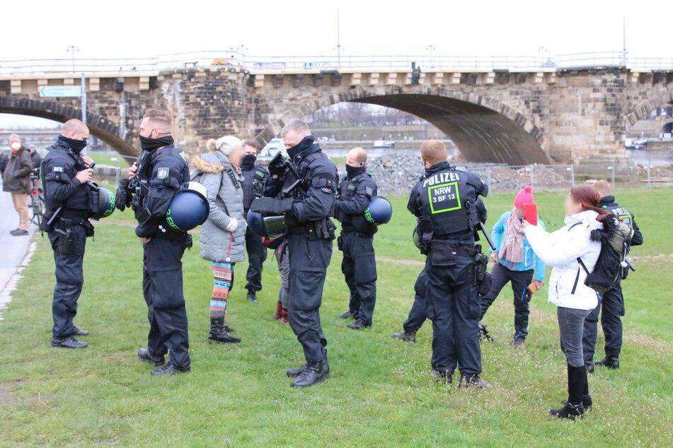Die Polizei ist am Elbufer mit einem Großaufgebot im Einsatz.