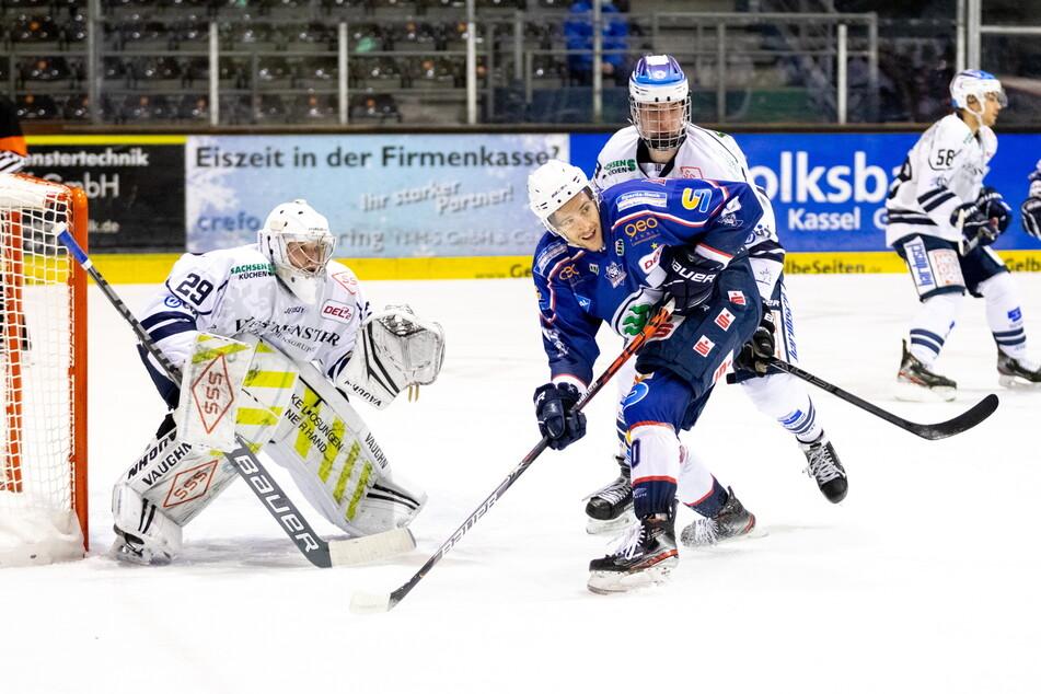 Eislöwen-Goalie Nick Jordan Vieregge (l.) machte am Freitag in Kassel einen Riesenjob. Der 17-Jährige hielt wie ein Alter sein Team lange im Spiel.