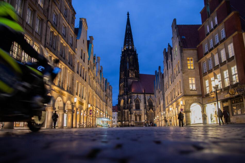 Fast menschenleer sind während des Teil-Lockdowns die Straßen um den sonst beliebten Prinzipalmarkt in Münster.