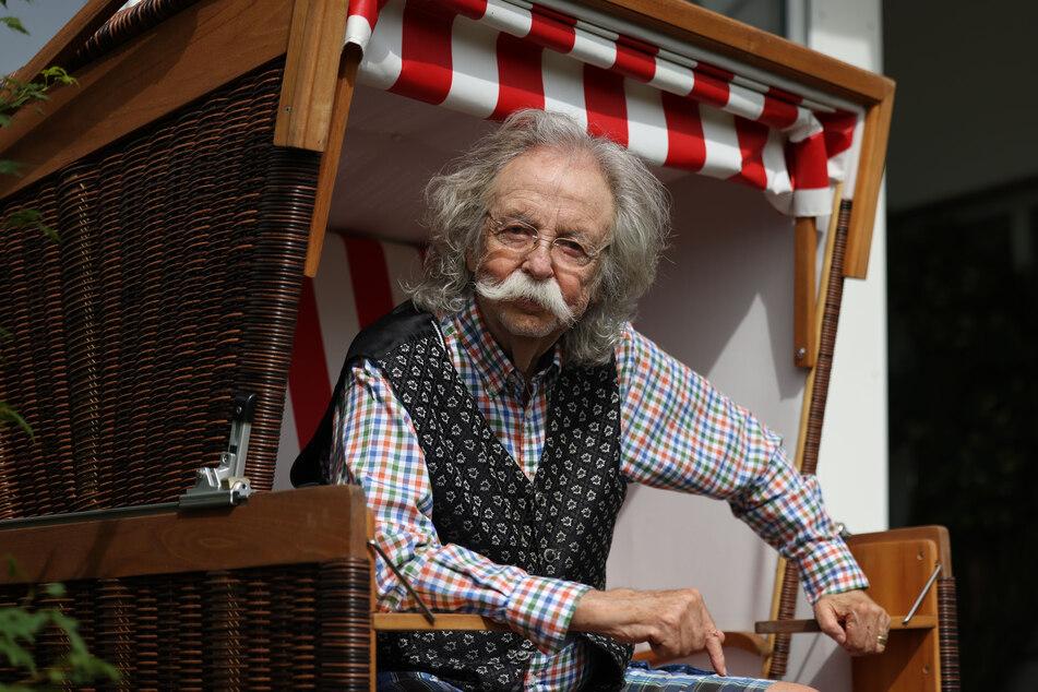 """Der Wissenschaftsjournalist sitzt in einem Strandkorb in seinem Garten. Sein Anwesen nennt er liebevoll """"Pützerosa-Ranch""""."""
