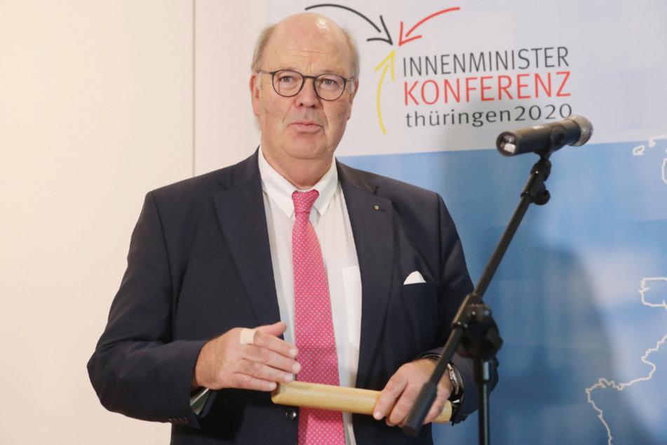 Hans-Joachim Grote (CDU), Innenminister von Schleswig-Holstein spricht auf einer Pressekonferenz.