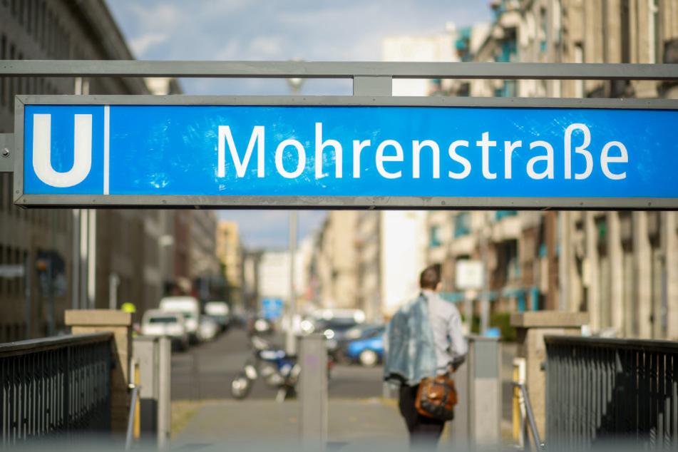 """Eingangsschild der U-Bahnhaltestelle """"Mohrenstraße"""" in Berlin."""