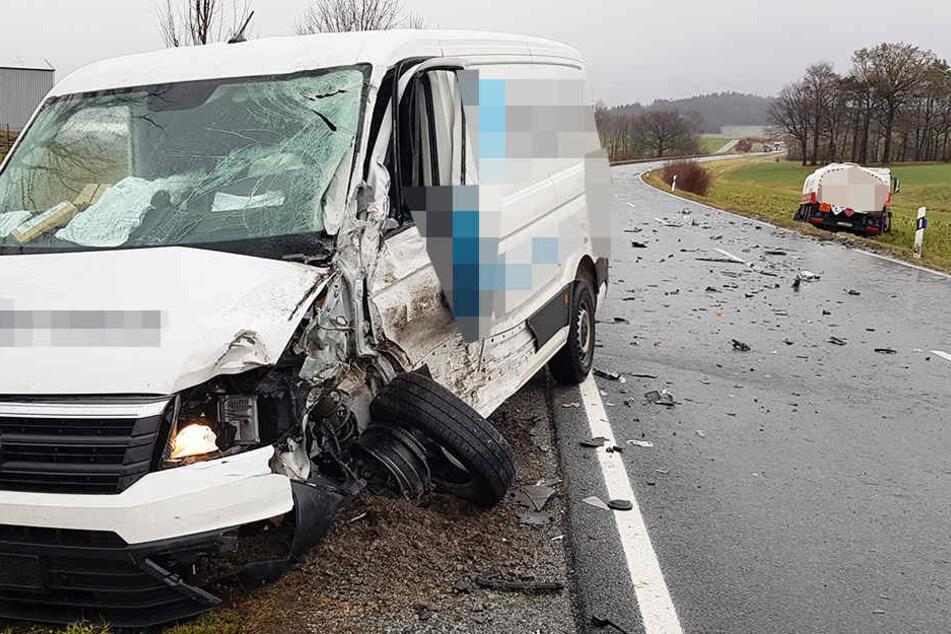 Frontalcrash: Transporter knallt in Lkw